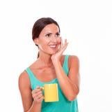 Lächelnder Brunette mit einer Kaffeetasse Stockbilder