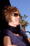 Lächelnder Brunette am Strand Stockfoto