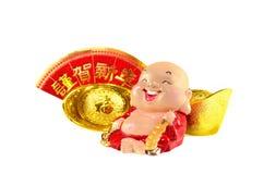 Lächelnder Buddha mit chinesischer Goldbarrendekoration Stockbilder