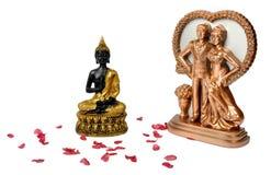 Lächelnder Buddha und junge Paare lizenzfreies stockfoto