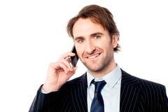 Lächelnder Chef, der mit Kunden sich verständigt Stockfotografie