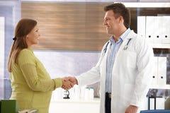 Behandeln Sie die Beglückwünschung zur schwangeren Frau Lizenzfreies Stockfoto