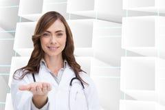 Lächelnder Doktor, der ihre Hand darstellt stockbild