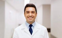 Lächelnder Doktor im weißen Mantel am Krankenhaus stockfoto