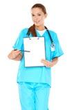 Lächelnder Doktor mit einem leeren Klemmbrett Stockfoto