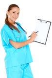Lächelnder Doktor mit einem leeren Klemmbrett Stockbilder