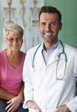 Lächelnder Doktor mit Patienten Stockfotografie