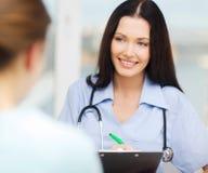Lächelnder Doktor oder Krankenschwester mit Patienten Lizenzfreies Stockbild