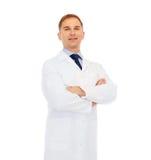 Lächelnder Doktor oder Professor mit den gekreuzten Armen stockfotos