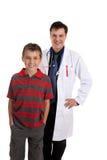 Lächelnder Doktor und glücklicher Patient Stockfotos