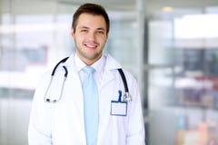 Lächelnder Doktormann Lizenzfreies Stockfoto