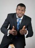 Lächelnder erfolgreicher Geschäftsmann mit den Daumen oben Stockfotografie