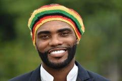 Lächelnder erwachsener schwarzer jamaikanischer Mann stockfotos