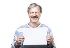Lächelnder fälliger Mann, der eine unbelegte Anschlagtafel anhält Stockfotografie