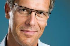 Lächelnder fälliger Mann mit Gläsern Stockfotografie