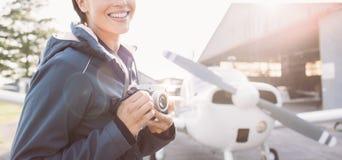 Lächelnder Fotograf am Flughafen Stockfotos