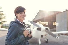 Lächelnder Fotograf am Flughafen Stockbild