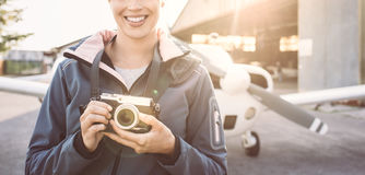 Lächelnder Fotograf am Flughafen Lizenzfreie Stockfotos