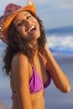 Lächelnder Frauen-Mädchen-Bikini-Cowboy Hat At Beach Lizenzfreies Stockfoto