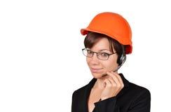 Lächelnder Frauenarchitekt, der auf Kopfhörer spricht Stockfotos