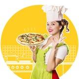Lächelnder Frauenchef kocht Pizza Stockfoto