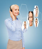 Lächelnder Frauenhilfslinienbetreiber Lizenzfreies Stockbild