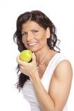 Lächelnder Frauenholdingapfel Stockbilder