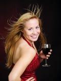 Lächelnder Frauenholdingwein und Feiern Lizenzfreie Stockfotos