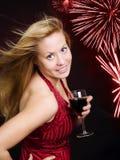 Lächelnder Frauenholdingwein und Feiern Lizenzfreies Stockbild