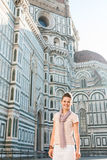 Lächelnder Frauentourist, der in der Front von Duomo, Florenz steht Lizenzfreie Stockfotos