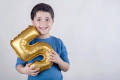 Lächelnder Geburtstags-Junge Stockfoto