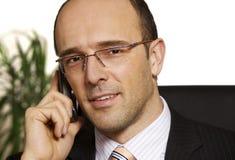 Lächelnder Geschäftsmann auf Handy Lizenzfreies Stockbild