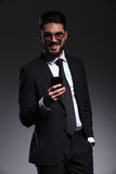 Lächelnder Geschäftsmann beim Halten eines Telefons Lizenzfreie Stockfotos