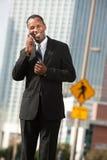 Lächelnder Geschäftsmann beim Telefon-Aufruf stockbild
