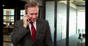Lächelnder Geschäftsmann beim Telefon-Aufruf stock video footage