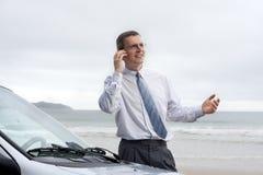 Lächelnder Geschäftsmann, der auf Handy spricht stockfoto