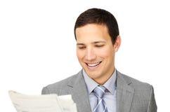 Lächelnder Geschäftsmann, der eine Zeitung liest Stockfoto