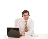 Lächelnder Geschäftsmann, der einen Kopfhörer trägt Lizenzfreie Stockfotos