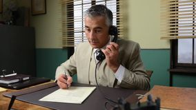 Lächelnder Geschäftsmann, der am Schreibtisch arbeitet stock video