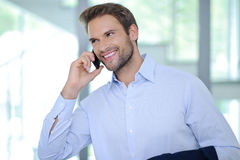 Lächelnder Geschäftsmann, der Telefonanruf hat - erfolgreichen Geschäftsmann - blaues Hemd lizenzfreie stockfotos