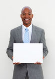 Lächelnder Geschäftsmann, der weiße Karte anhält lizenzfreie stockfotos