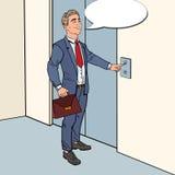 Lächelnder Geschäftsmann mit dem Aktenkoffer, der Aufzugs-Knopf drückt Pop-Arten-Illustration stock abbildung