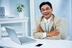 Lächelnder Geschäftsmann mit den gekreuzten Armen Lizenzfreies Stockfoto