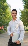 Lächelnder Geschäftsmann mit einem Notizbuch Lizenzfreies Stockfoto