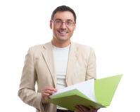 Lächelnder Geschäftsmann mit einem Ordner Stockfoto