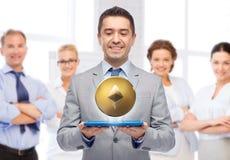 Lächelnder Geschäftsmann mit etherum über Tabletten-PC stockfotografie