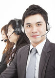Lächelnder Geschäftsmann mit Kundenkontaktcentermittel stockfotografie