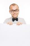 Lächelnder Geschäftsmann mit weißem Info-Vorstand Lizenzfreie Stockfotografie