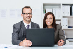 Lächelnder Geschäftsmann und Frau, die zusammenarbeiten Lizenzfreies Stockfoto