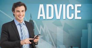 Lächelnder Geschäftsmann unter Verwendung des Handys durch Ratetext Stockfotografie